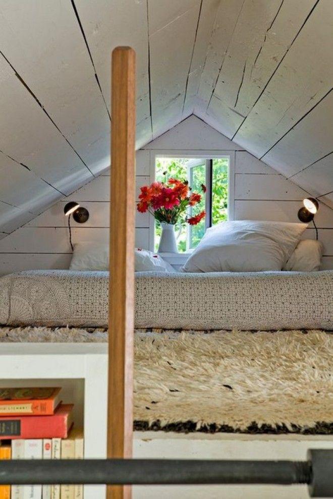 Кровать под единственным крошечным окном старого дома