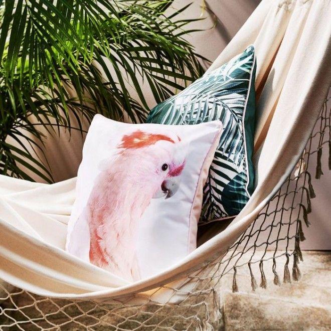Красивые подушки в тропическом стиле