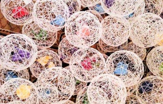 Такими очаровательными шариками вы можете украсить свой дом Кстати есть множество разных вариантов использования такого декора их можно подвесить к потолку положить на стол сделать гирлянду или даже светильник