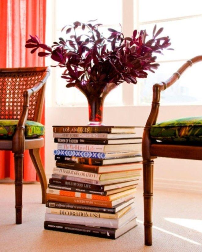 Не спешите выбрасывать старые книги из них может получиться симпатичный столик на котором можно разместить от вазы до часов и прочих мелочей