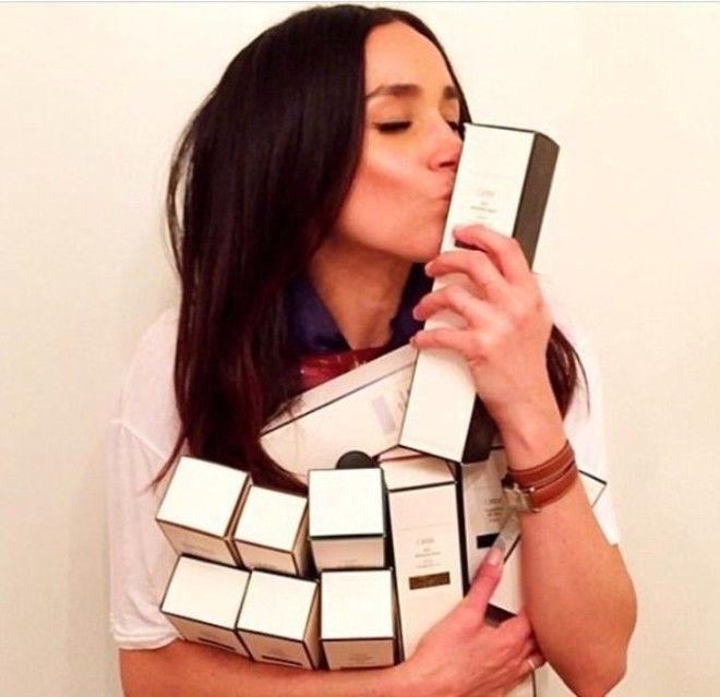 Меган часто рекламировала производителей косметики советуя подписчикам средства которые ей подходят На фото со средством для волос компании Oribe