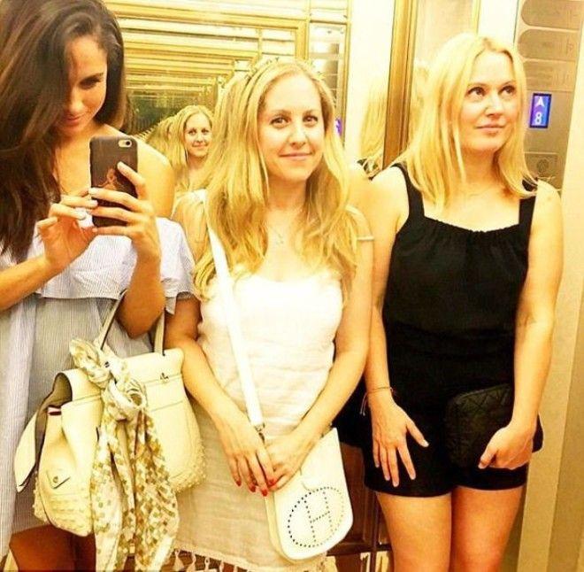 Селфи с подругами в лифте отеля