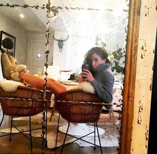 Селфи в старом зеркале которое стояло в комнате Меган напротив обеденного стола