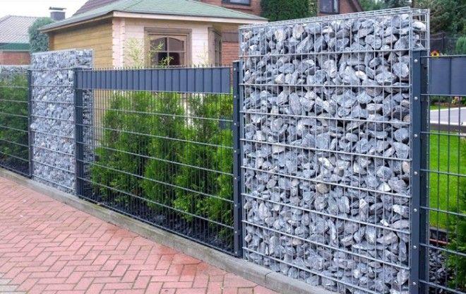 Часть забора можно изготовить используя декоративные камни Сделав равномерные участки по очередности из зелёных насаждений и камней