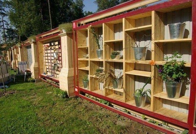 С внешней стороны забор из металлочерепицы а внутри деревянные полки для горшков с цветами и для других хозяйственных назначений