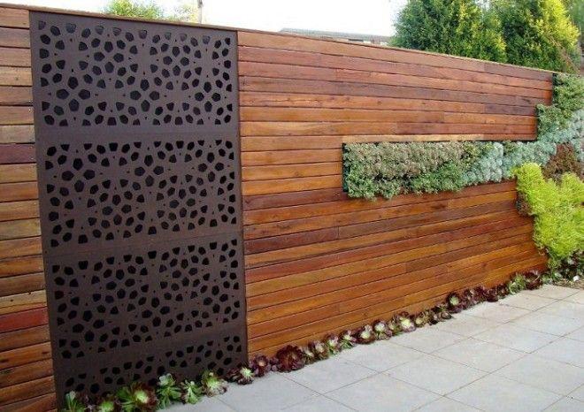 Для тех кто шагает в ногу со временем Современный забор из дерева с использованием озеленения и металлической вставки