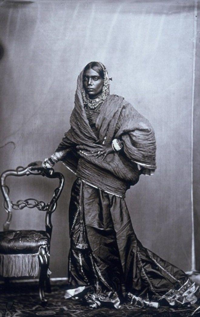 Одна из женщин из придворного гарема махараджи Джайпур примерно 1857 год