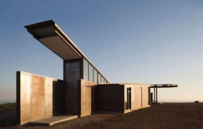 При строительстве особняка использовались такие практичные и экологически чистые материалы как сталь стекло и бетон Специальное строение крыши защищает жильё от перегрева а длинный центральный коридор способствует движению воздуха внутри дома