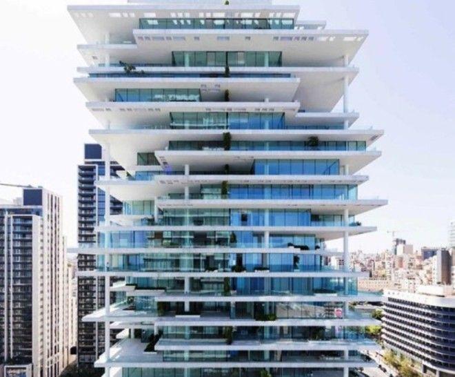 Данная конструкция достигаёт 119 м в высоту А нависающие этажи небоскрёба позволяют в каждой комнате добиться интересной игры света