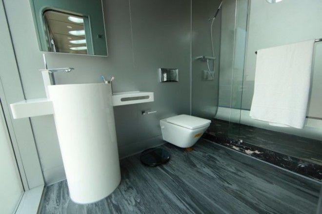 В доме предварительно установлена кухня и ванная а остальное пространство можно использовать для обустройства спальни или гостиной