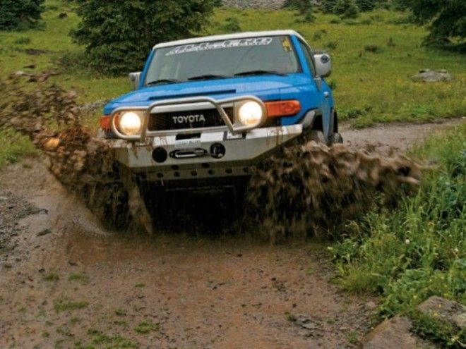 Лихо по грязи едет Toyota FJ Cruiser
