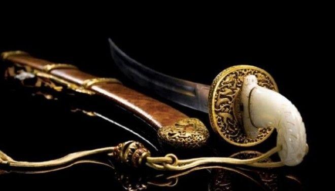 Красивая сабля Бао Тенг с сапфировой рукояткой