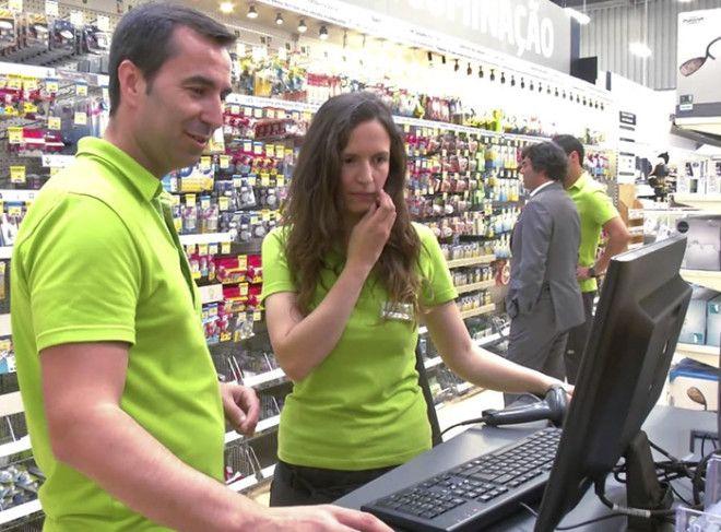 Кассирстажер медленнее обслуживает покупателей чем опытный профессионал