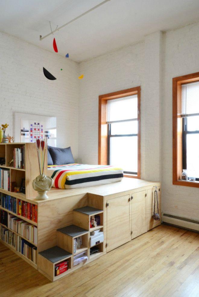 Спальное место на деревянном подиуме