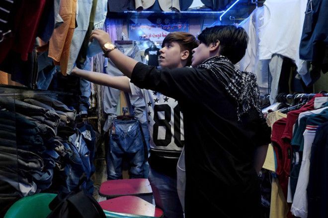 Сетар и Али выбирают одежду в мужском отделе