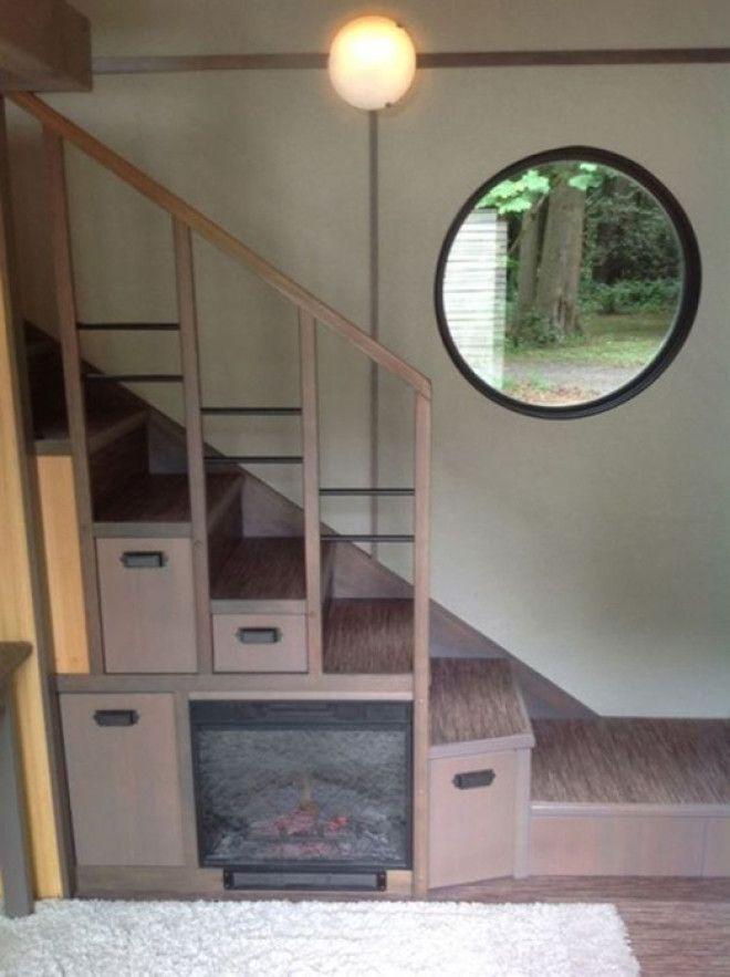 Крохотный камин под лестницей