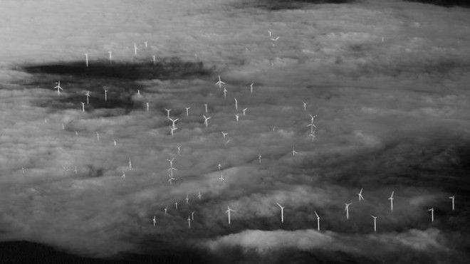 Ветряные мельницы скрытые за облаками