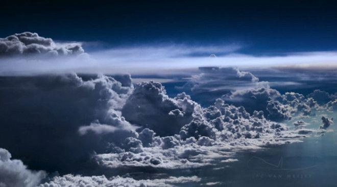 Вид из самолета на грозовой фронт
