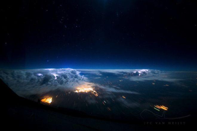 Необыкновенно красивый вид звездного неба скрытого за облаками