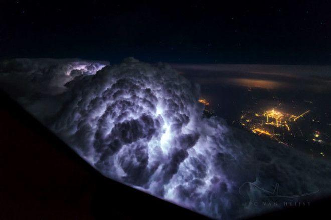 Грозовое облако освещенное молнией Снимок сделан во время перелета Пекин Шанхай