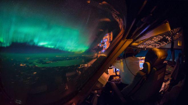 Невероятно красивый вид из кабины пилота на ночной город