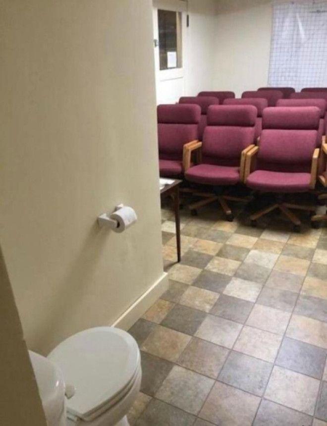 Фаянсовый трон в аудитории