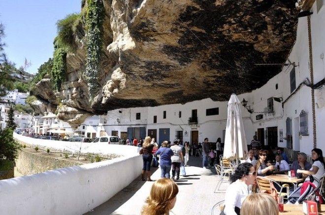 Город Сетениль-де-лас-Бодегас в Испании