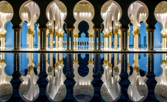 Отражение элементов архитектуры в прилегающем бассейне с водой Фото wwwpuzzleitru