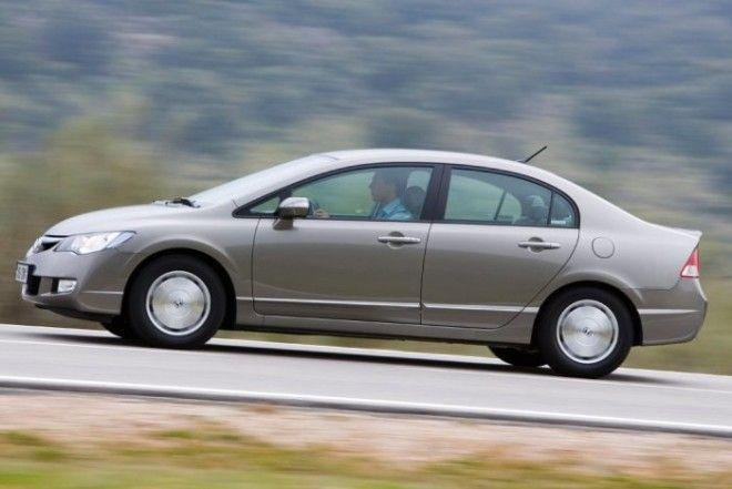 Суперобтекаемый японский седан Honda Civic восьмого поколения Фото dromru