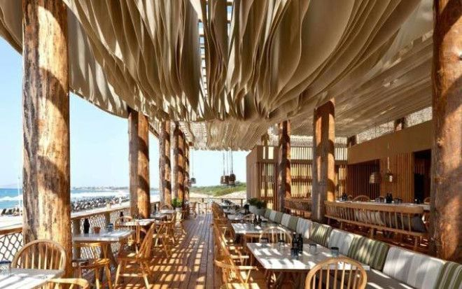 Потолок этого ресторана поражает воображение как только начинается ветер