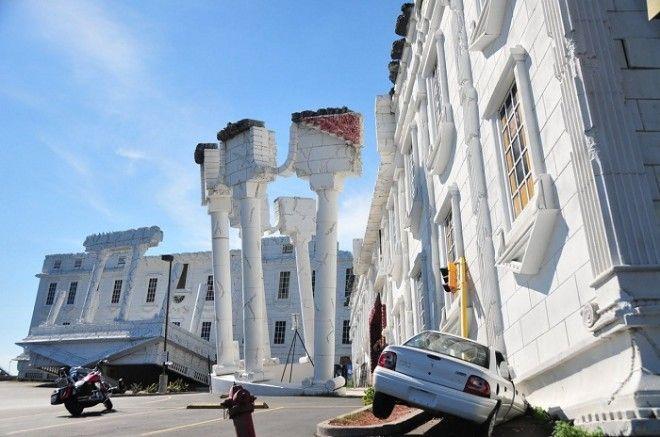 Перевернутые полуразрушенные колонны и белоснежный портик необычного дома в Висконсин Деллс США