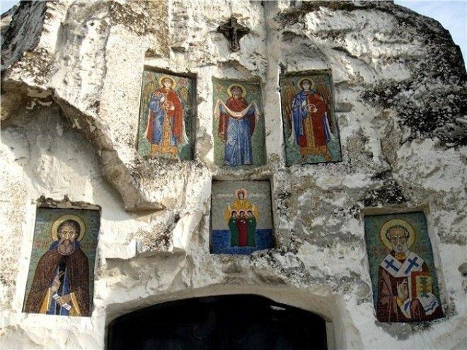 Вход украшен наскальными иконами Костомаровский женский монастырь Россия