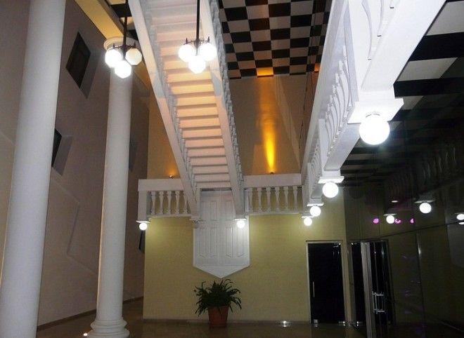 Вот такая помпезная лестница встречает посетителей The white restaurant