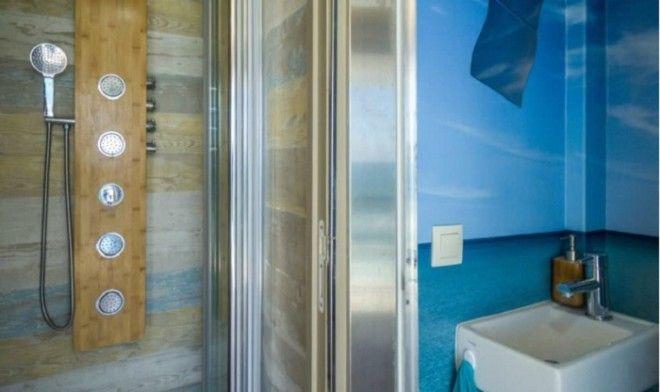 Полноценная душевая комната Truck Surf Hotel