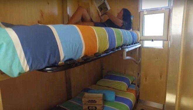 В четырех спальнях установлены двухъярусные кровати