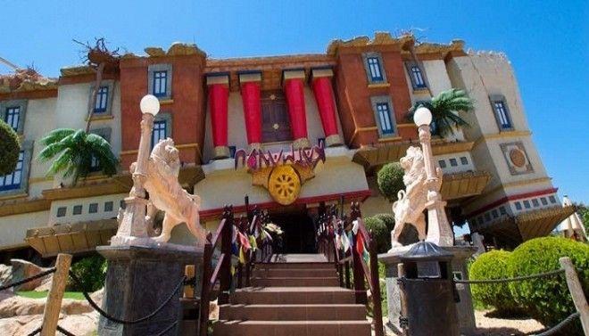 Перевернутый дом House of Katmandu создан в виде тибетского храма