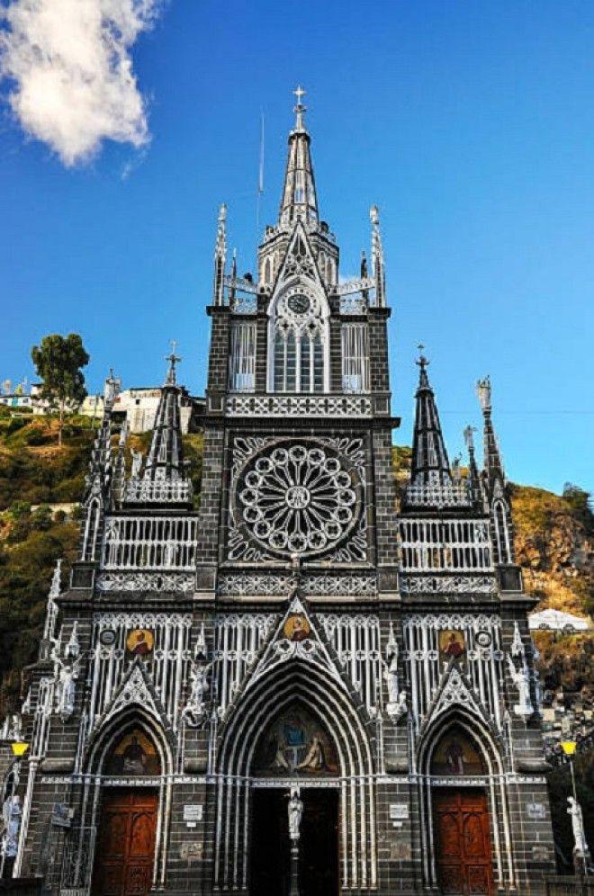 Фасад собора больше напоминает роскошный дворец