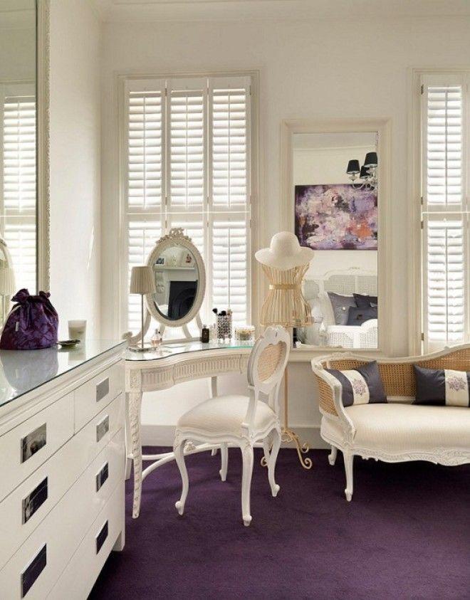 Изящный туалетный столик прекрасно заменит подоконник и станет главным украшением интерьера