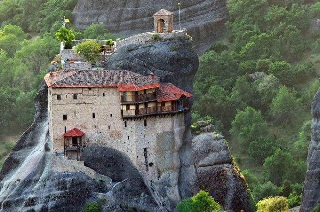 На высоте 600 метром располагается один из монастырей комплекса Метеоры