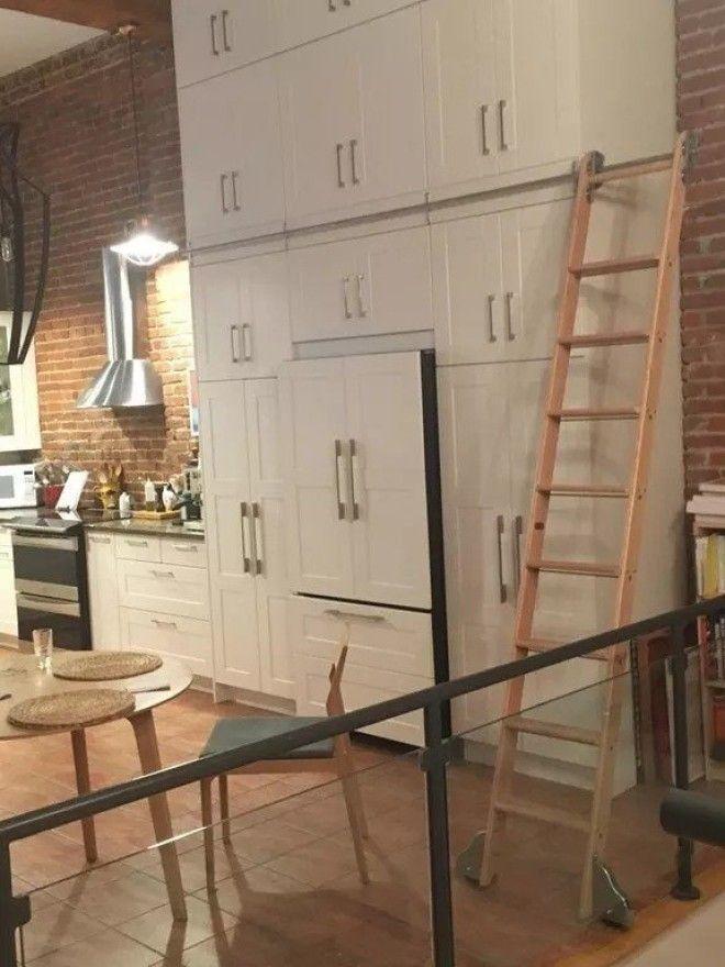 6. Встроенная лестница, чтобы можно было быстро добраться до высоких шкафчиков дизайн, идеи для дома, интерьер, крутые идеи, фото