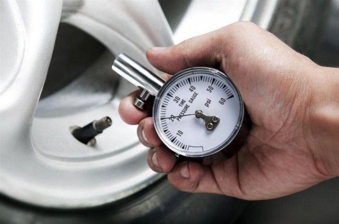 Нужно хотя бы раз в неделю проверять давление в шинах