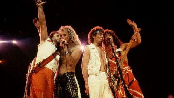 Группа Van Halen потребовала чтобы в гримерке перед концертом были драже всех цветов кроме коричневого