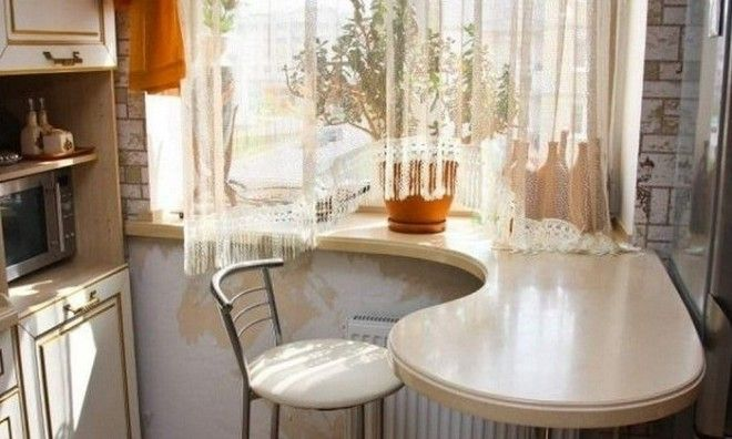 Подоконник на кухне можно превратить в барную стойку