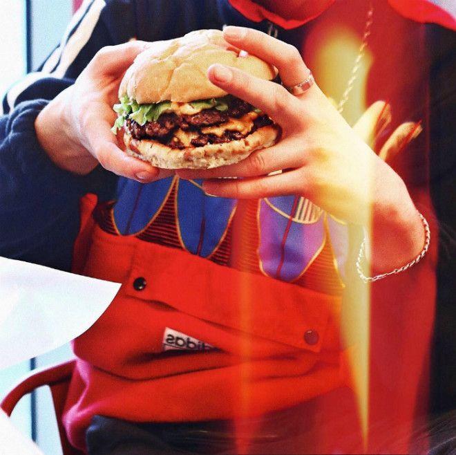 Как держать бургер