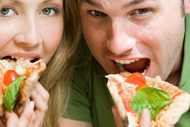 Как держать кусок пиццы