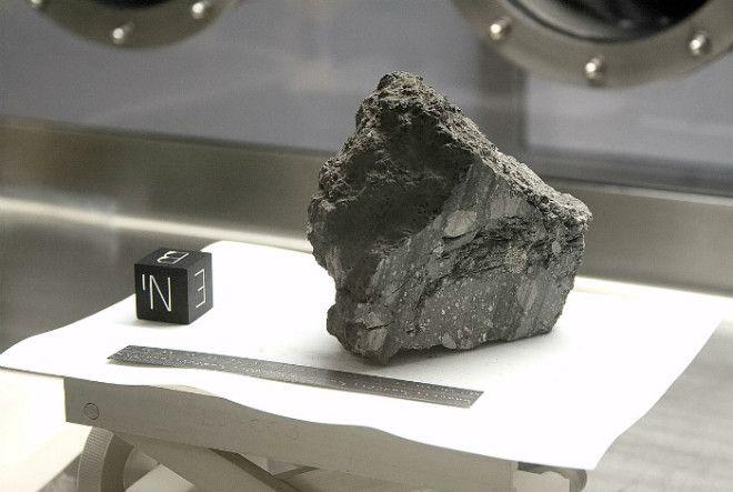 Камень с Луны и странный кубик с буквами возле него