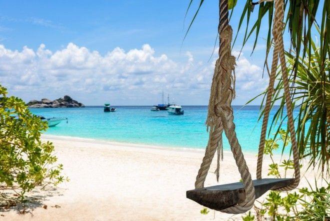 качели на райском пляже в Таиланде