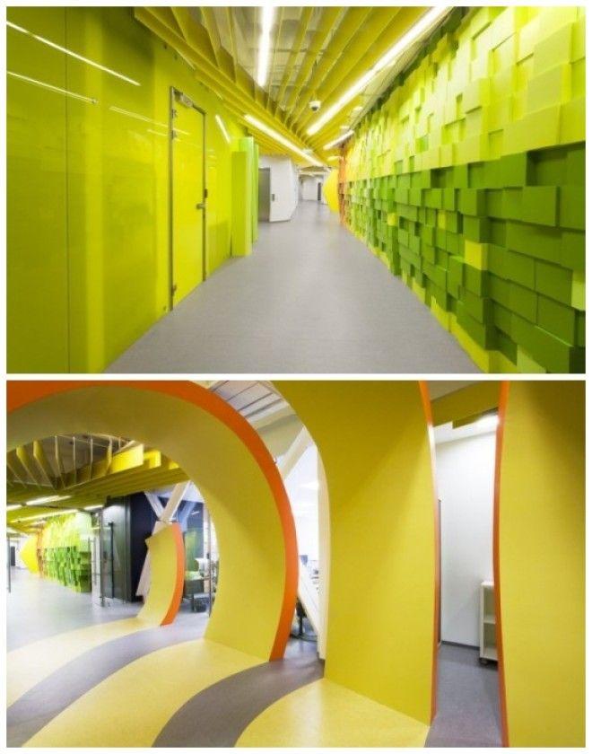Яркие коридоры офиса для интернеткомпании Яндекс в СанктПетербурге Россия