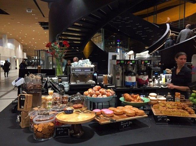 Ресторан в котором можно купить вкуснейшее пирожное и совершенно бесплатно угоститься кофе или чаем Центральная библиотека Oodi Хельсинки Фото gazetaliceyru