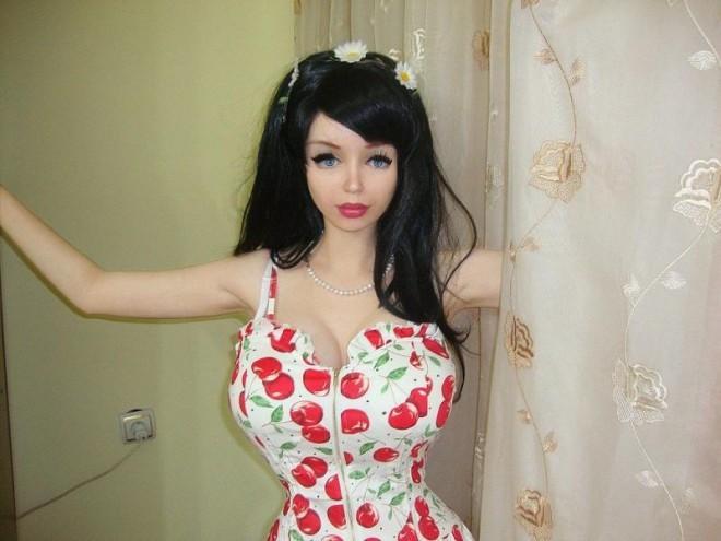 Уникальная девушка похожая на куклу!